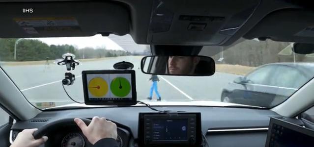 Samochód monitoruje otoczenie dookoła i na boki