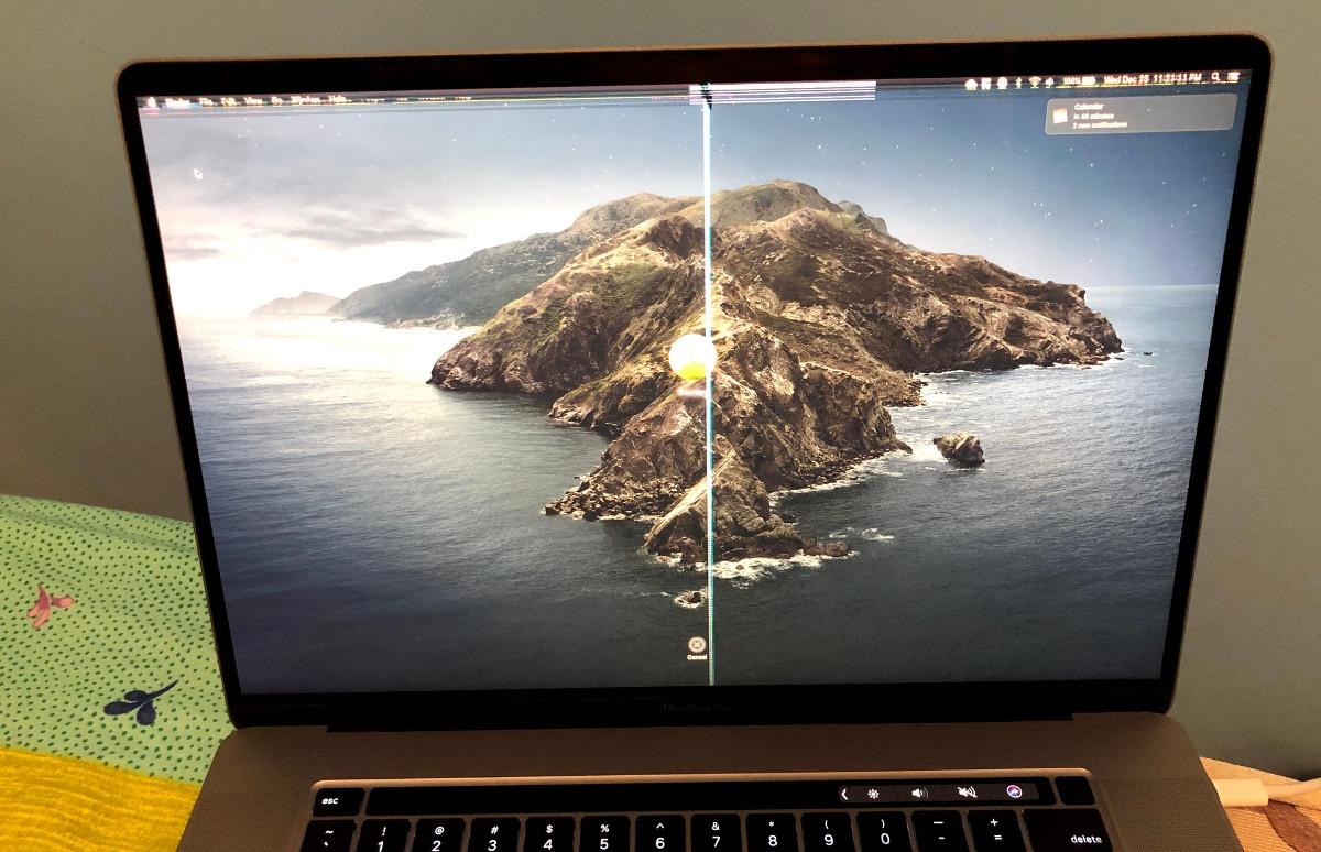 Uszkodzony ekran MacBooka, za który odpowiada osłonka kamery(fot. Koolbe/Reddit)