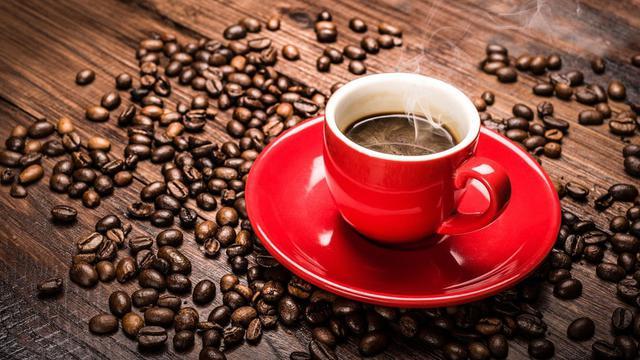 aromatyczna kawa w czerwonej filiżance