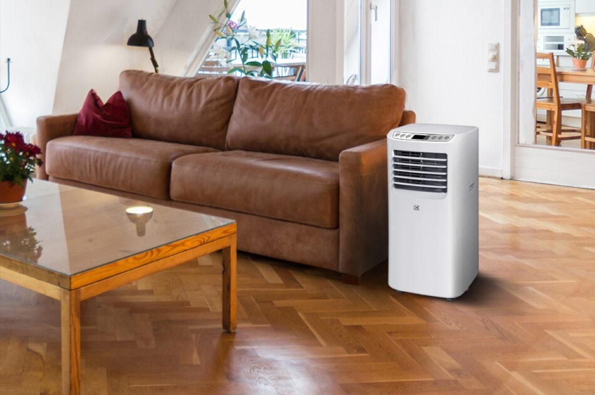 Kalorik ACM 1010 biało-szary klimatyzator w salonie koło sofy