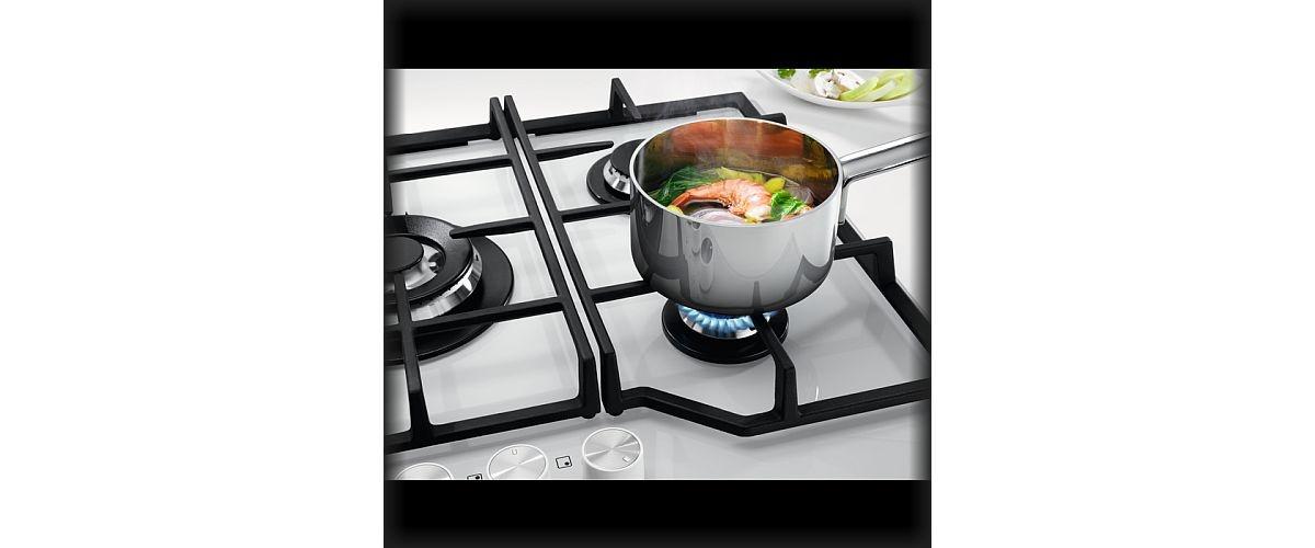 gotowanie na białej płycie gazowej