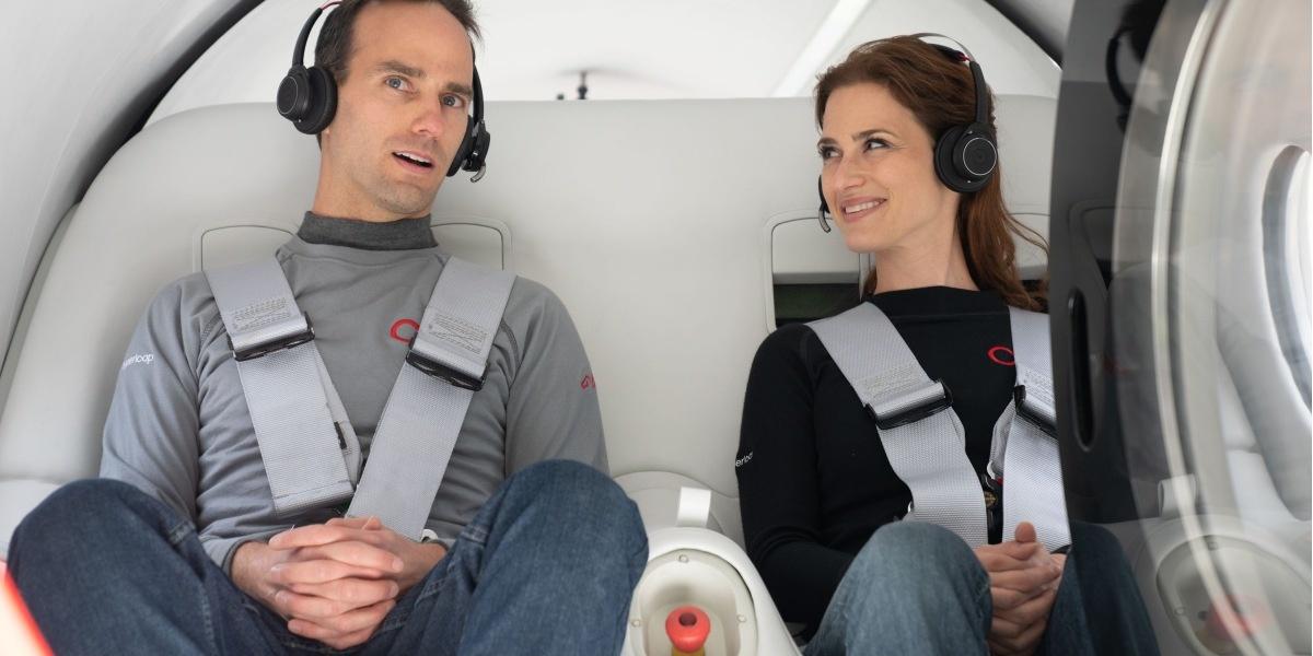 Na zdjęciu pasażerowie pierwszego przejazdu z ludźmi Virgin Hyperloop