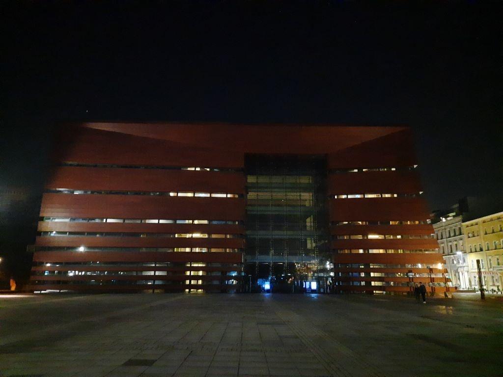 Zdjęcie Narodowego Forum Muzyki nocą w trybie automatycznym