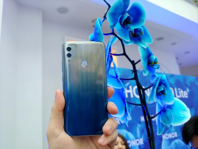 Honor 10 Lite na tle orchidei