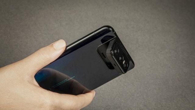 Aparaty Asus Zenfone 7 wyglądają tak jak w poprzedniku, choć jest ich więcej