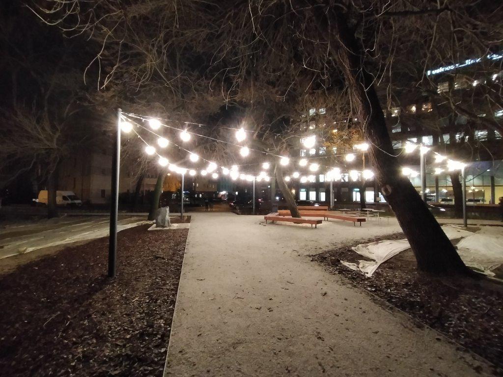Obiektyw szerokokątny nocą przy sztucznym świetle - Oppo A5 2020