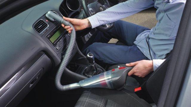 Odkurzacz ręczny przy sprzątaniu auta