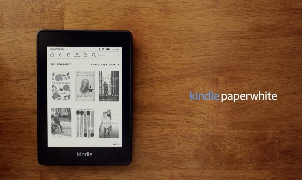 Kindle Paperwhite 4 na drewnianym blacie