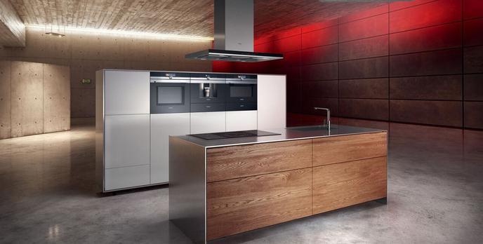 Mężczyzna w Kuchni - Poznaj Ciekawy Piekarnik Siemens iQ700