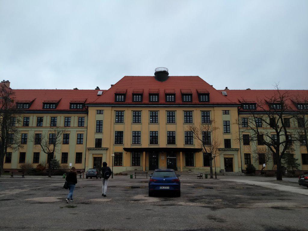 Zdjęcie budynku w pochmurnych warunkach