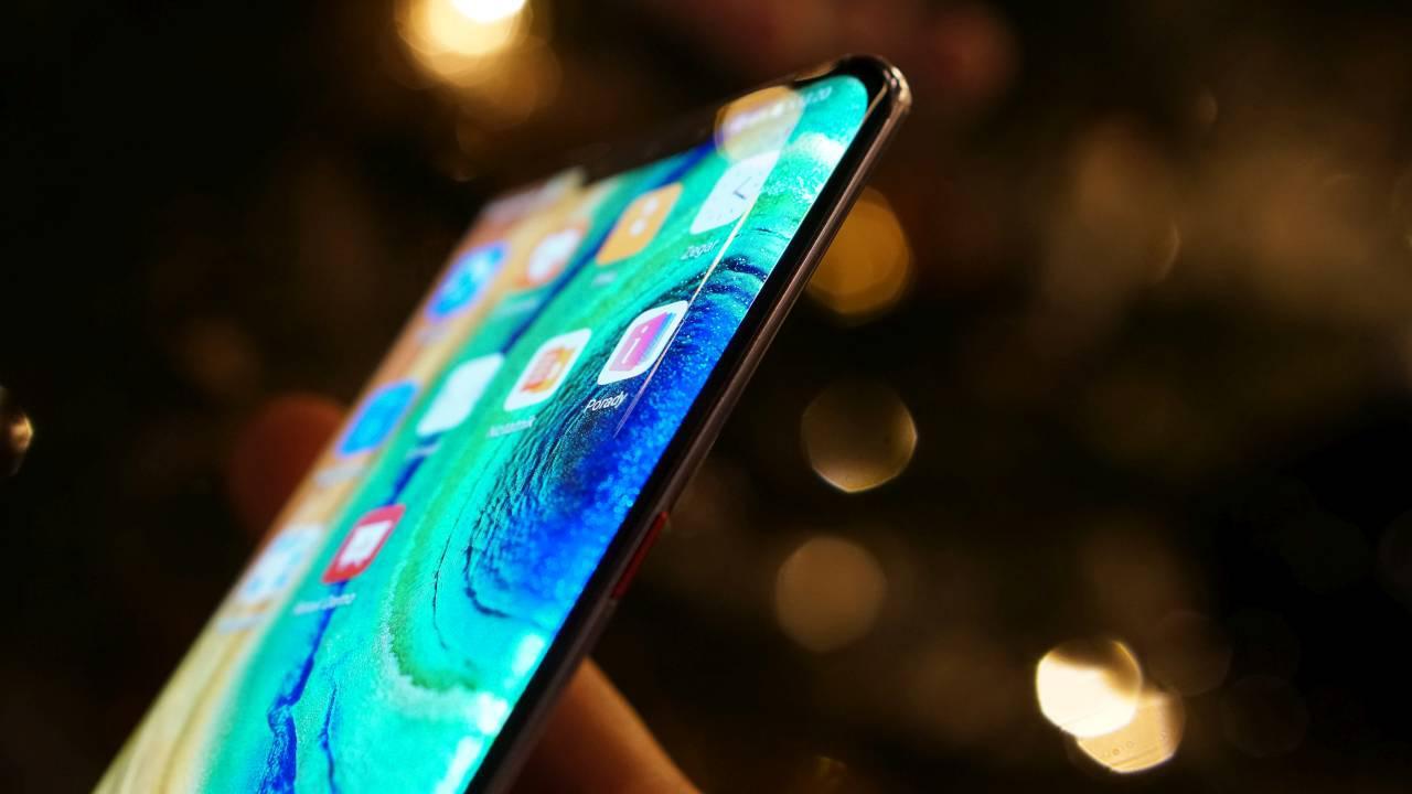 Huawei Mate 30 Pro ma ekran mocno zagięty na rogach
