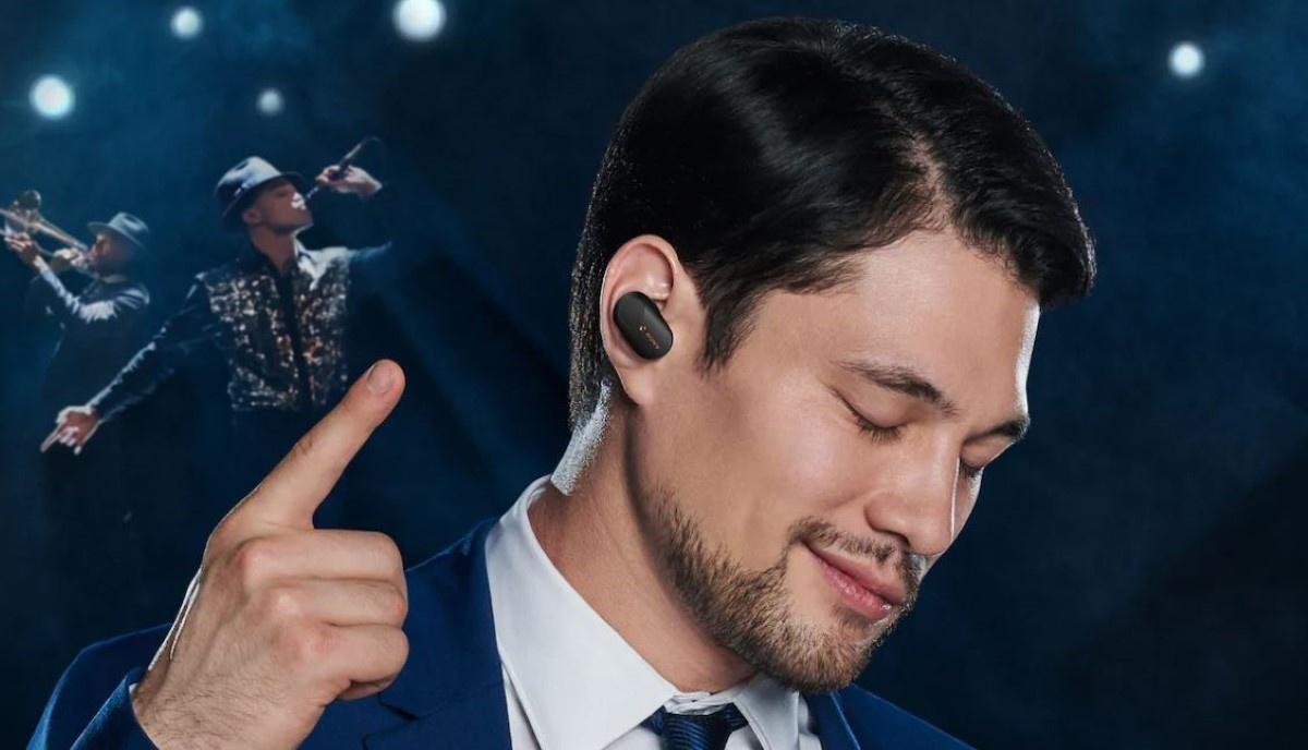 Sony WF-1000XM3 słuchający mężczyzna