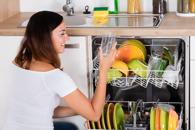 czyste naczynia po wyjęciu ze zmywarki