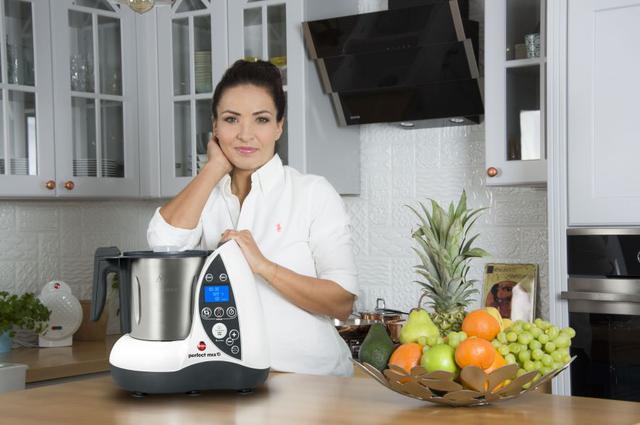 kobieta opierająca się o wielofunkcyjny  robot kuchenny