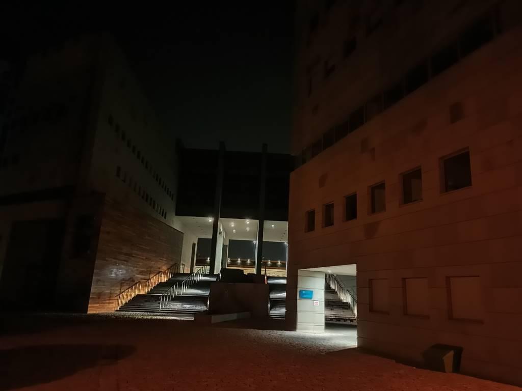 Oppo Reno Z - zdjęcie biblioteki nocą w trybie automatycznym