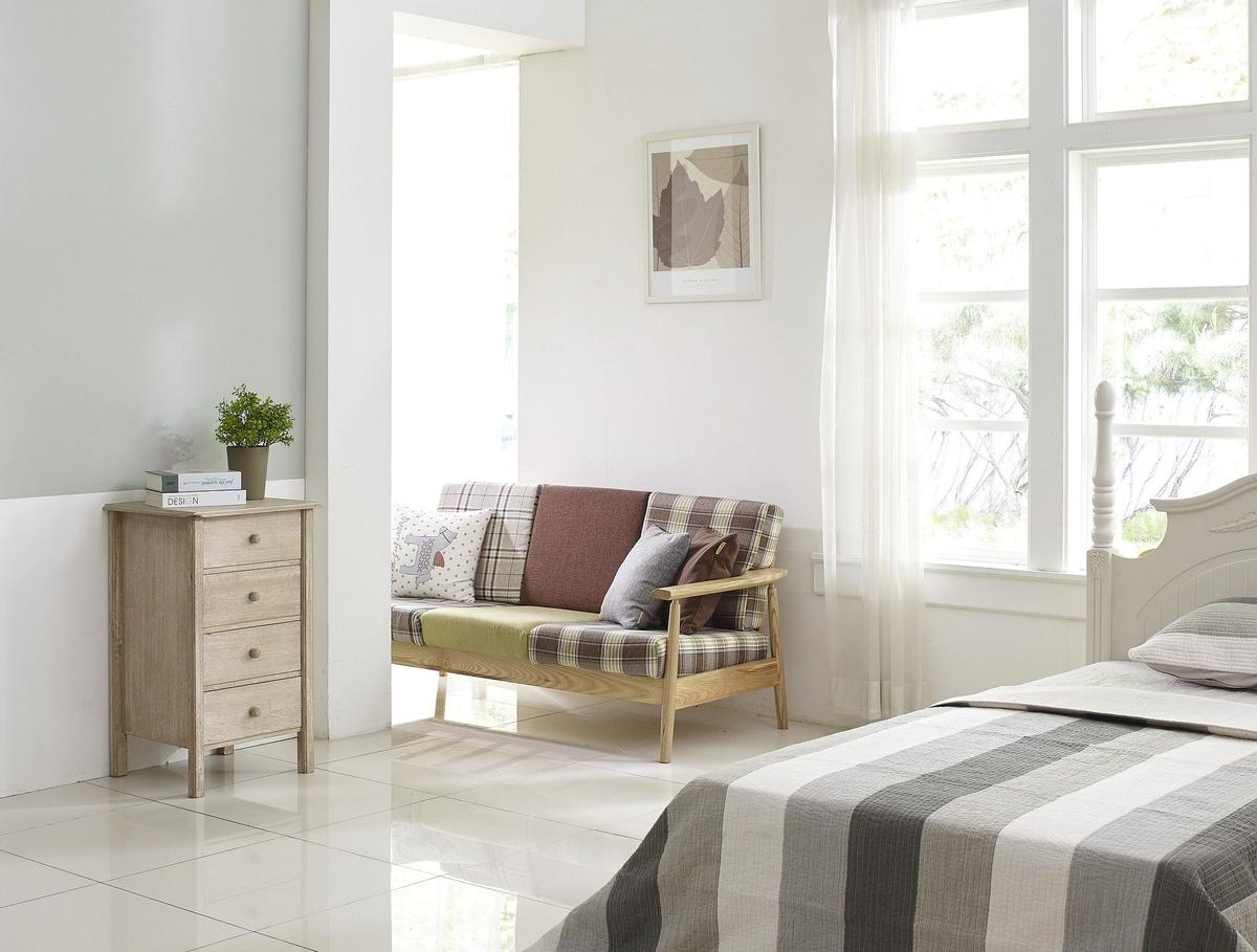 Pokój z podłogą wyłożoną kafelkami