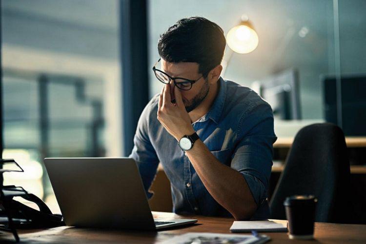 zmęczenie oczu podczas pracy na laptopie