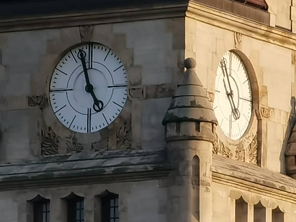 Zegar w 10-krotnym powiększeniu