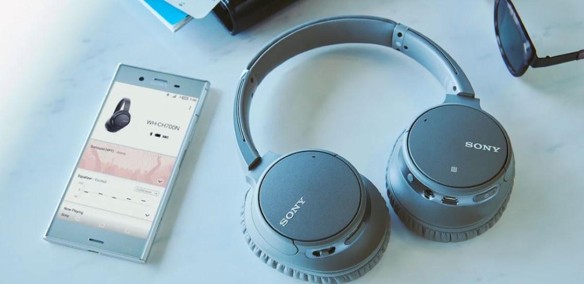 Sony WH-CH700 przy telefonie