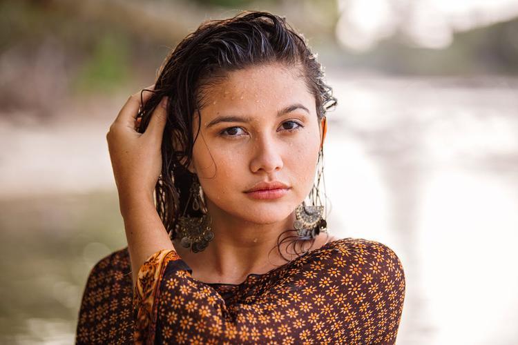 kobieta z mokrymi włosami