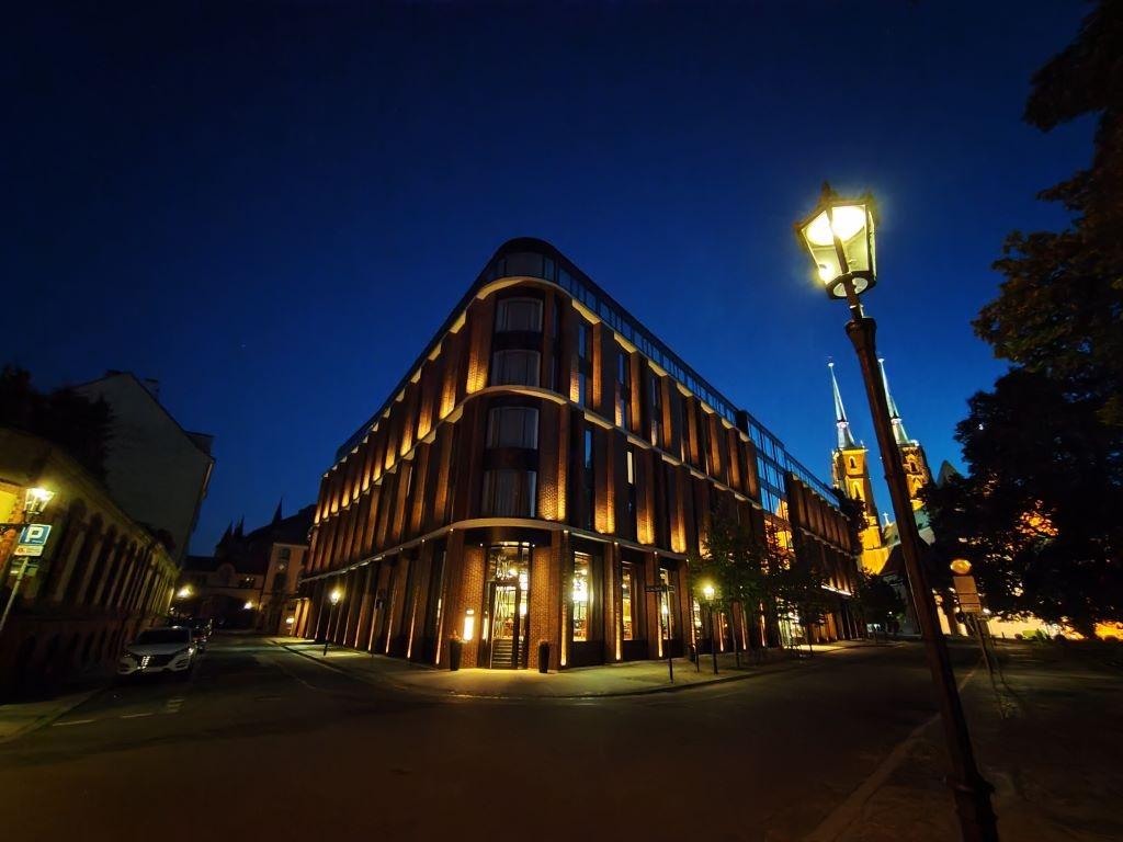 Tryb nocny przy obiektywie ultraszerokokątnym ratuje zdjęcia