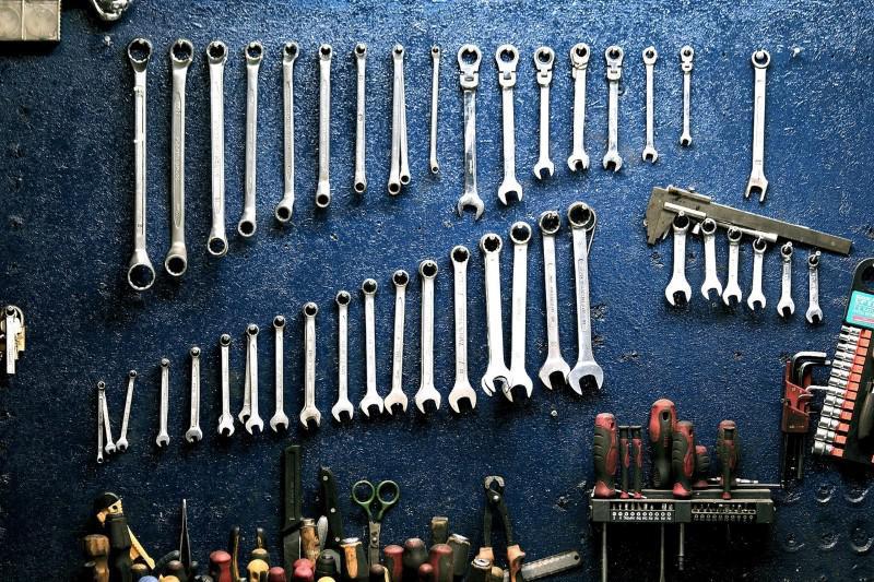 Przechowywać narzędzia można w różny sposób, ale wiertarkę najlepiej w pudle
