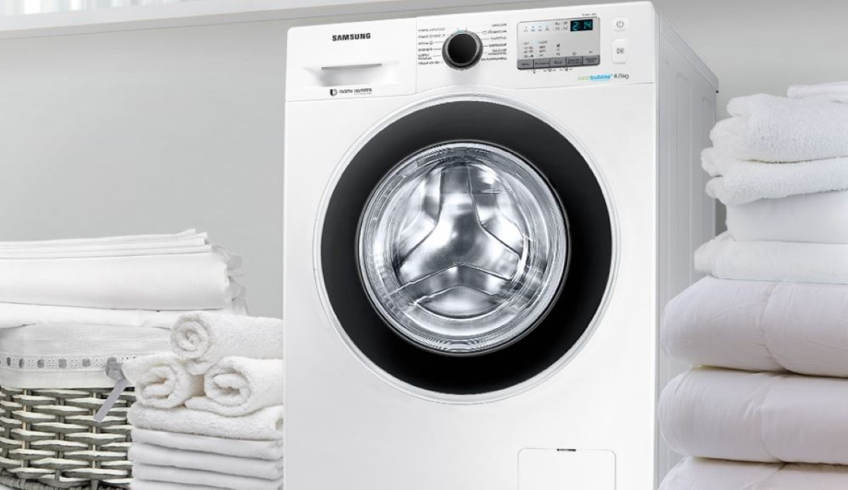 Samsung WW60J4213HW1 pralka na tle ubrań