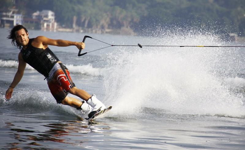 Za pomocą kamery sportowej można nagrać ujęcia w wodzie i w powietrzu