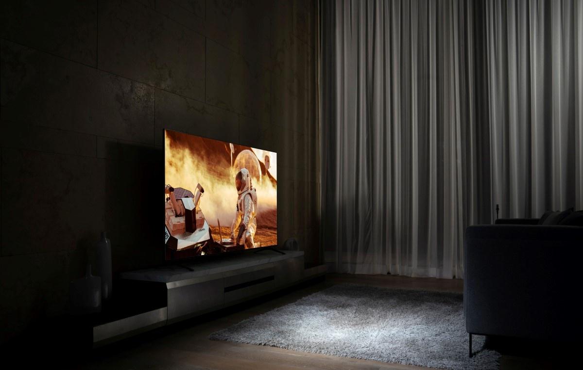 Telewizor w ciemnym pomieszczeniu