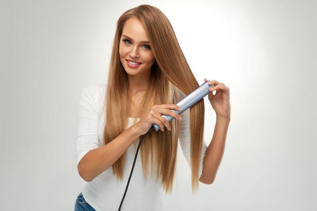 samodzielne prostowanie długich włosów