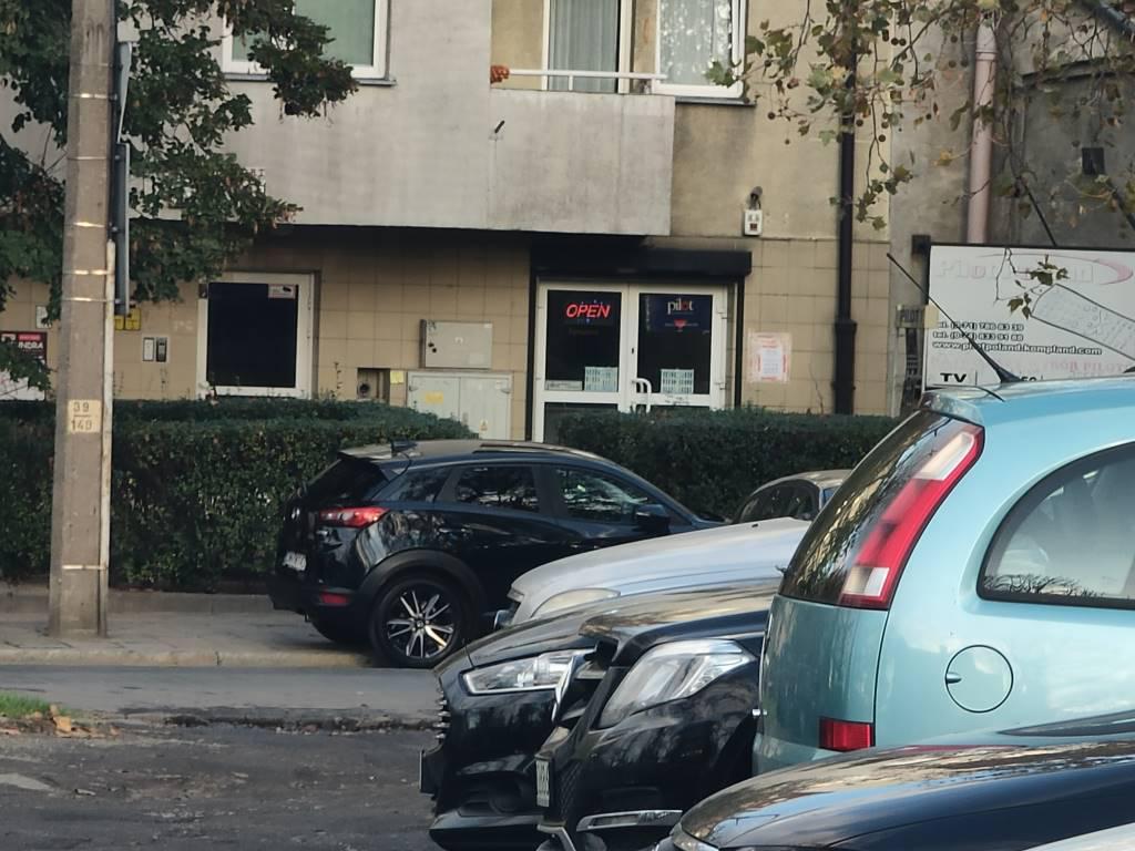 Oppo Reno 10x Zoom - zdjęcie parkingu z 10-krotnym powiększeniem