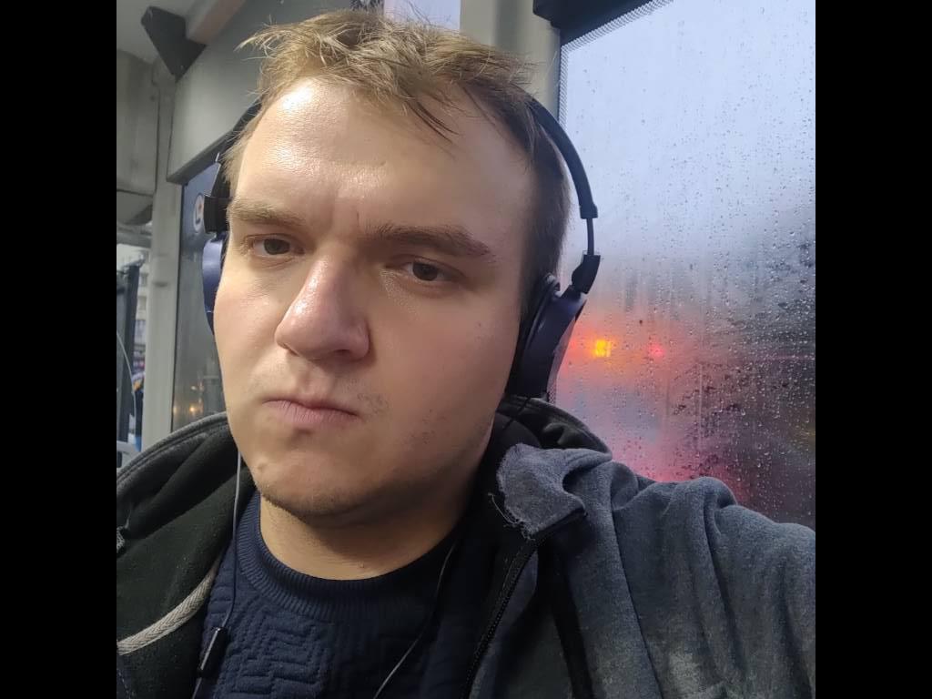 Asus ROG Phone II selfie w sztucznym oświetleniu