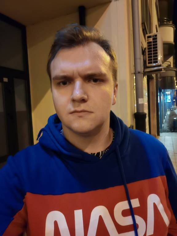 Huawei P40 Pro - selfie w słabym oświetleniu nocą