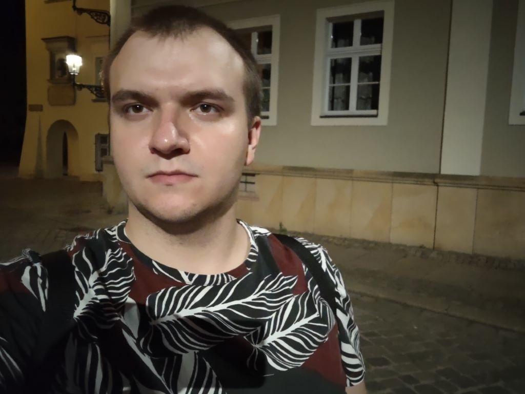 Selfie przy sztucznym oświetleniu