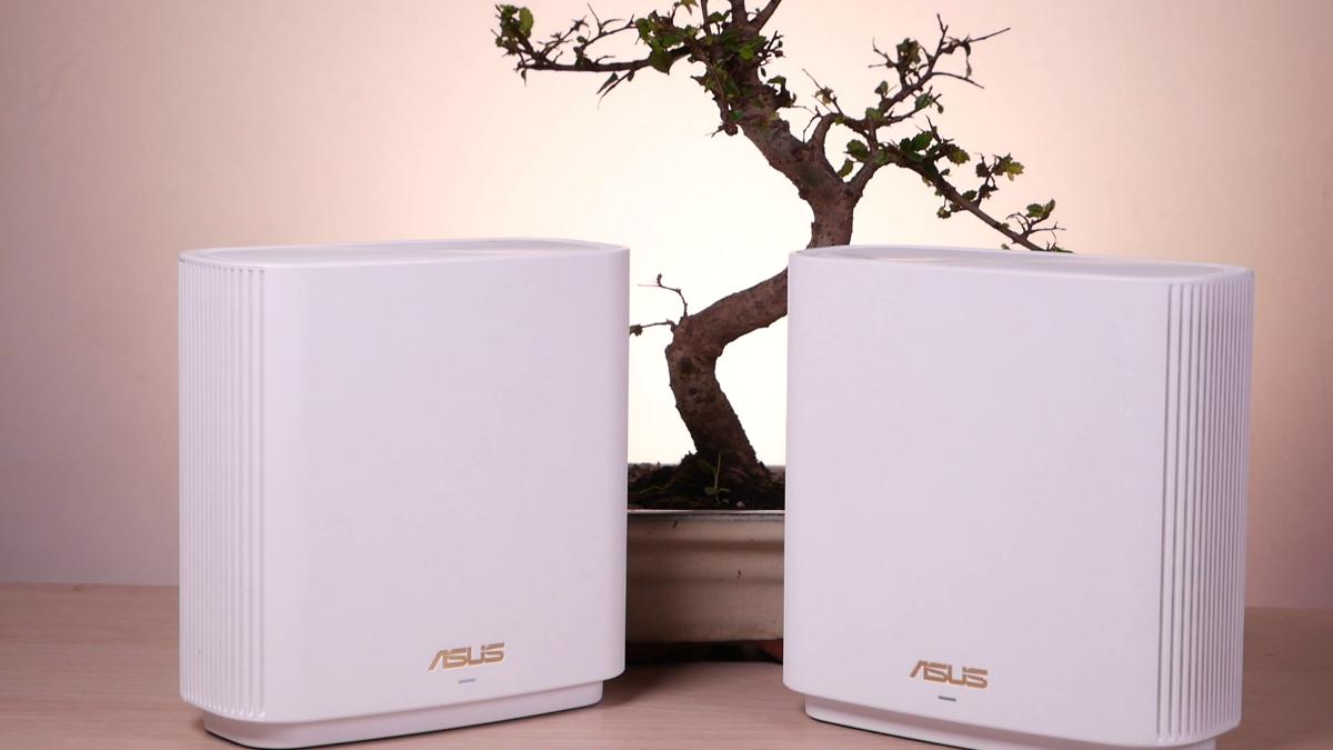 Dwa urządzenia Asus ZenWiFi XT8