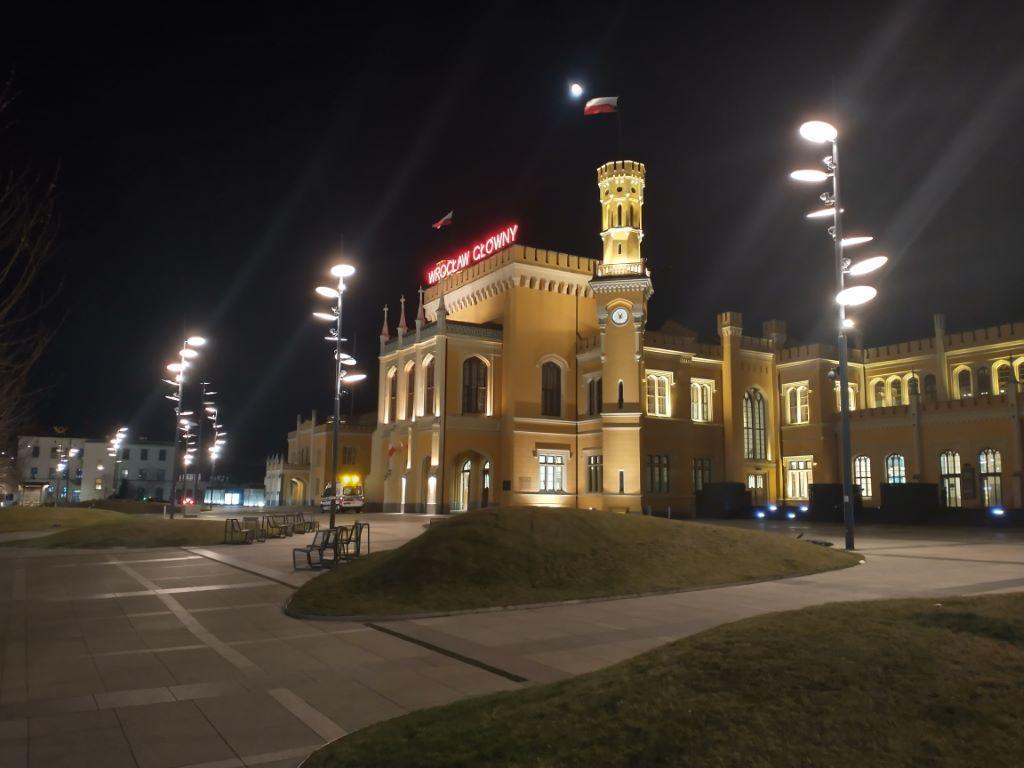 Obiektyw główny nocą przy dobrym oświetleniu