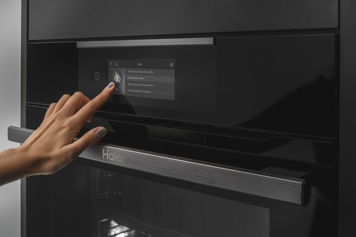 Funkcjami piekarnika zarządzamy za pomocą panelu dotykowego