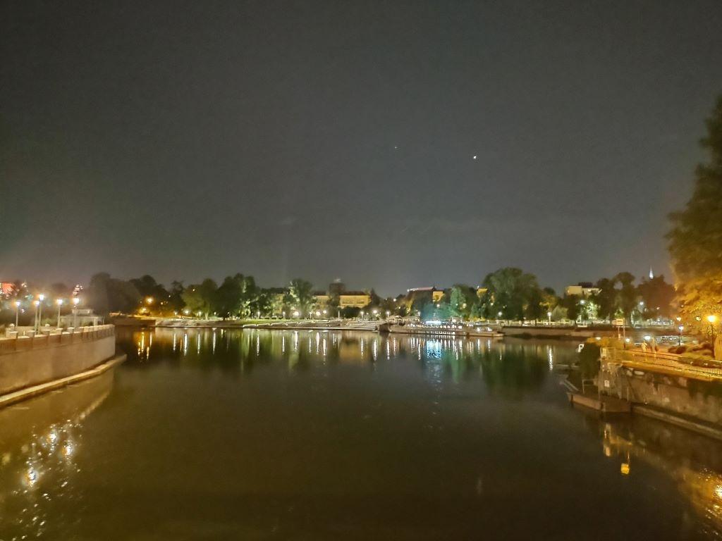 Motorola w trybie nocnym nad rzeką mocno rozjaśnia kadr
