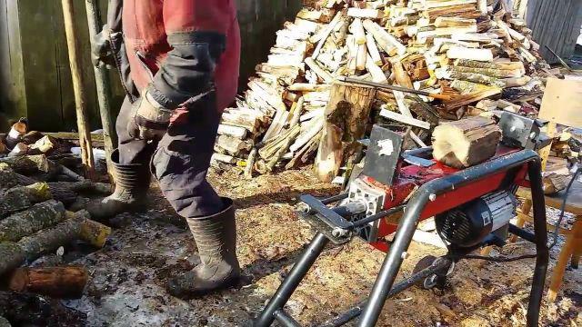 rozłupywanie drewna rębakiem