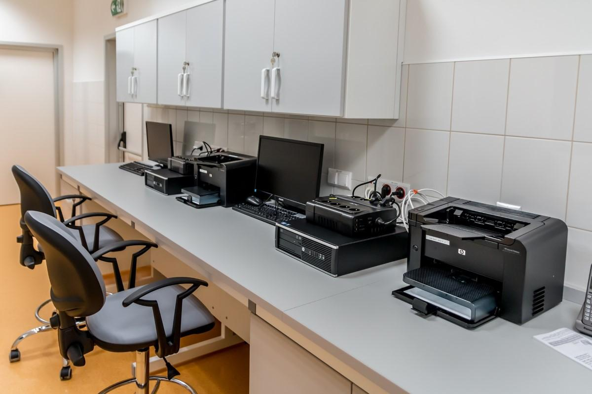 Drukarki stojące w biurze na biurku