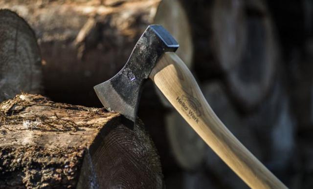 tradycyjne rąbanie drewna siekierką