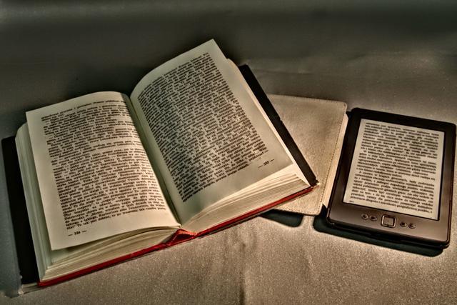 czytnik e-booków koło klasycznej książki