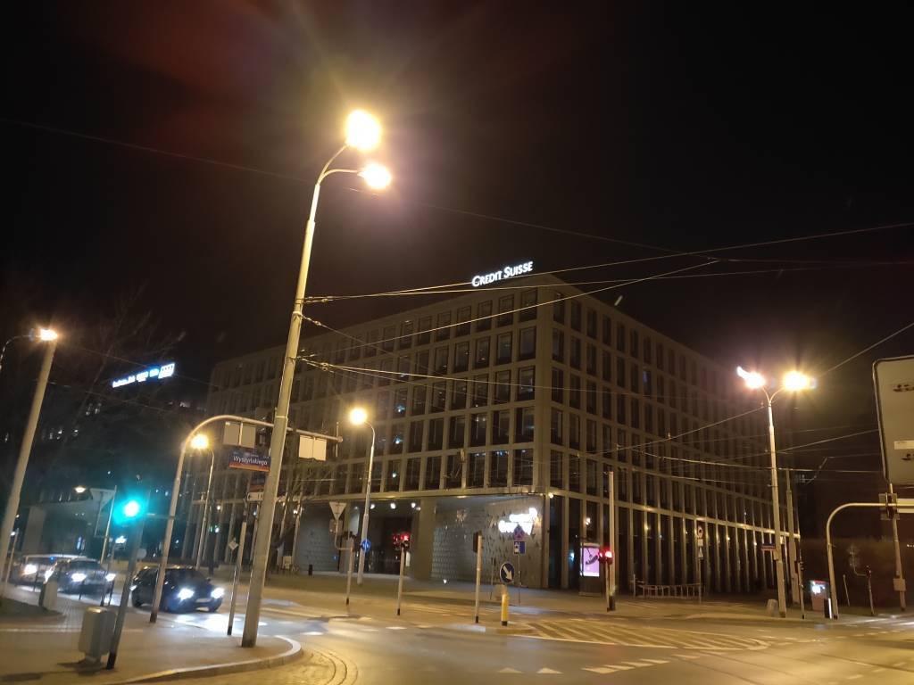 Zdjęcie nocą ze sztuczną inteligencją