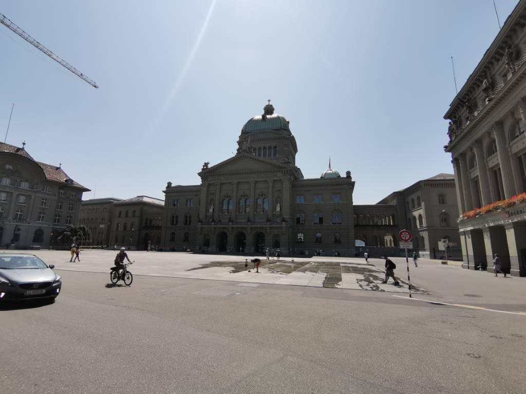 Parlament, szeroki kąt, tryb AI - błękitne niebo - f/1.8, ISO 50, 1/1779s
