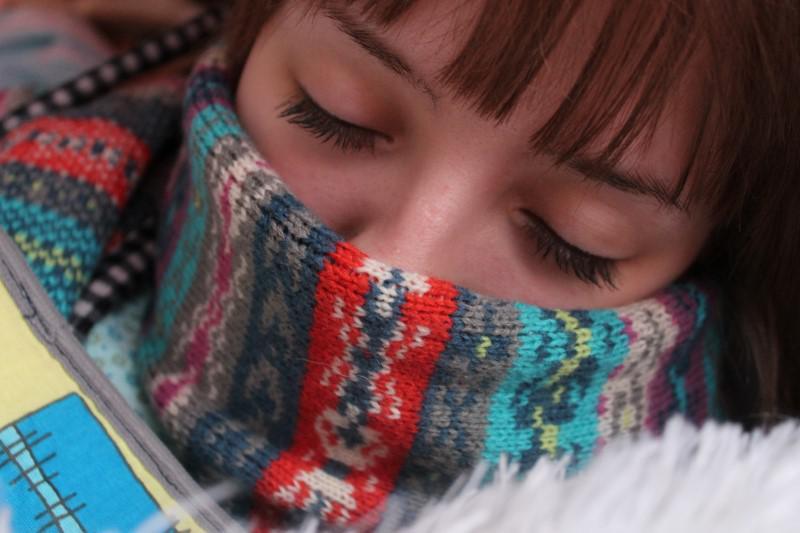 Za pomocą termometra bezkontaktowego łatwo zmierzymy śpiącą osobę