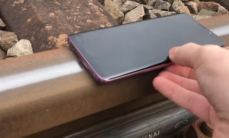 Samsung Galaxy S9 Plus vs Pociąg - Ekstremalny test wytrzymałości