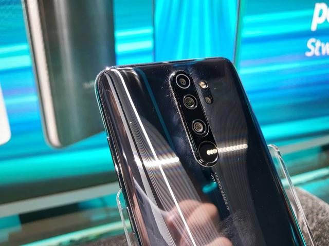 Redmi Note 8 Pro ma dość sporą wysepkę na aparaty i czytnik linii papilarnych