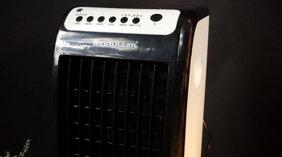 Klimatyzer Ravansona na czarnym tle