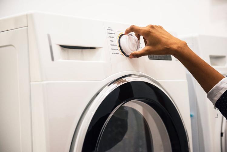 obsługa białej pralki