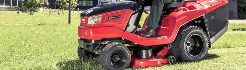 Traktorek ogrodowy AL-Ko na trawie
